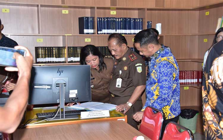 Wali Kota Palangka Raya, Fairid Naparin melihat ruang Pelayanan Satu Pintu Terpadu (PTSP) dan Perpustakaan Kejaksaan Negeri Palangka Raya, Kamis 12 Desember 2019
