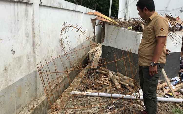 Anggota DPRD Kapuas Lawin saat di lokasi pengerjaan selokan di lingkungan kantor DPRD setempat. Ia berharap nantinya berfungsi optimal.