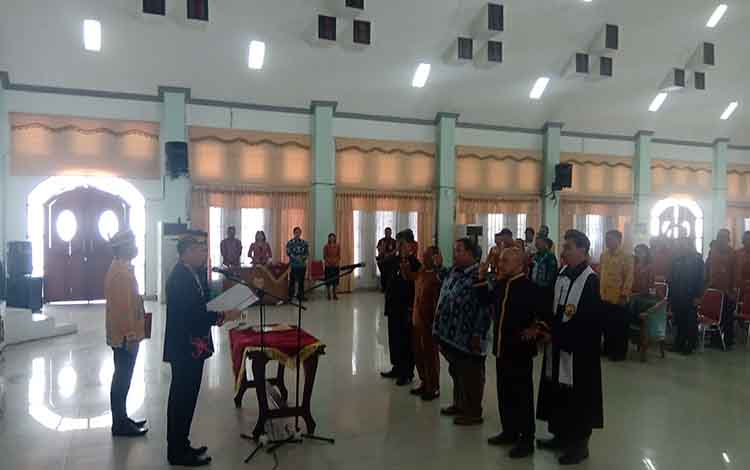 Bupati Gunung Mas Jaya S Monong saat melantik 4 Damang Kepala Adat di GPU Damang Batu, Kamis, 12 Desember 2019.