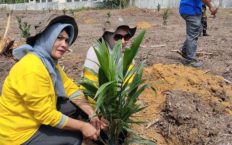 Ketua PKK Sukamara, Siti Zulaiha Windu Subagio saat mengikuti penanaman perdana bibit sawit di Desa Pangkalan Muntai