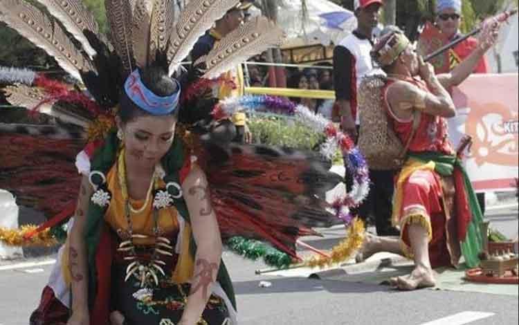 Dua orang peserta saat menunjukkan pakaian budaya dayak pedalaman. Sementara, Sampit Ethnik Carnival diharapkan dapat meningkatkan kunjungan wisata di Kotim, Kamis, 12 Desember 2019.