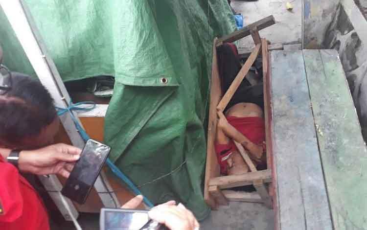 Mayat Sabri (70) ditemukan dalam kpndisi tertimpa kursi, gegerkan warga Kelurahan Mendawai, Kamis,