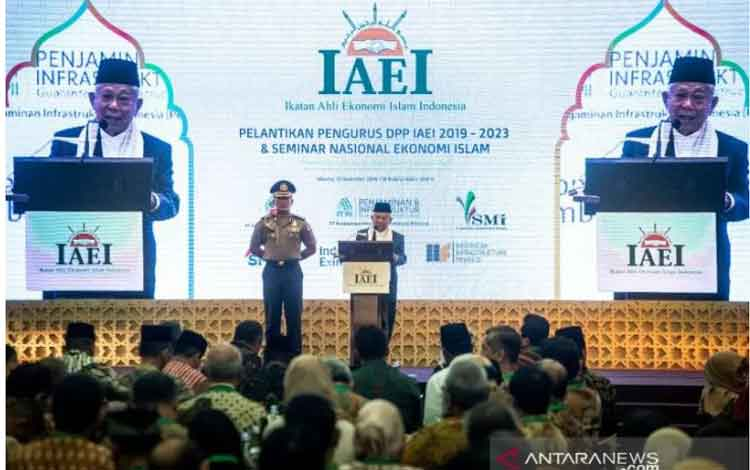 Wakil Presiden Ma\\\\\\\'ruf Amin (kanan) memberikan sambutan dalam acara Pelantikan Pengurus DPP IAEI 2019