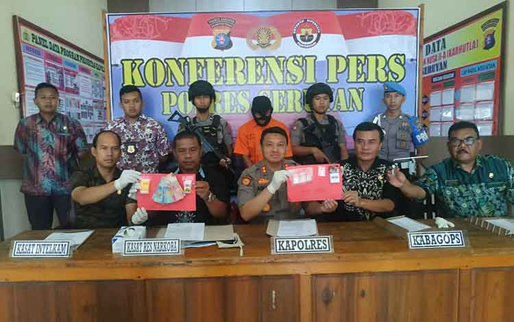 Kapolres Seruyan AKBP Agung Tri Widiantoro memperlihatkan barang bukti sabu yang berhasil diamankan dari tangan tersangka