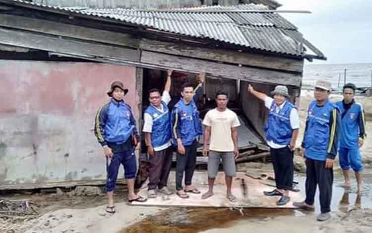 Rumah masyarakat Kecamatan Pantai Lunci, Kabupaten Sukamara saat rusak akibat diterjang banjir bandang beberapa waktu lalu
