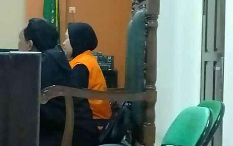 Mulyani alias Yani didampingi penasihat hukumnya di Pengadilan Negeri Sampit.