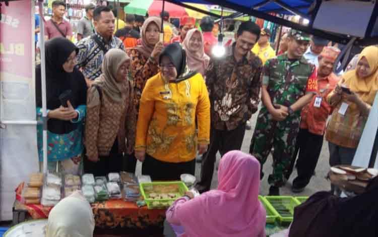 Bupati Kobar Nurhidayah saat mengunjungi Pasar Potang dengan tagline Berumpak Kula Becari Jolu di Jalan Pramuka, Desa Pasir Panjang, Jumat, 13 Desember 2019.