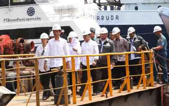 Presiden RI, Joko Widodo bersama rombongan mengunjungi bengkel kapal usai membagikan Kartu Indonesia Sehat (KIS) kepada para pekerja di PT Dok Kodja Bahari, Cilincing, Jakarta, 28 April 2015. (foto : TEMPO.CO)