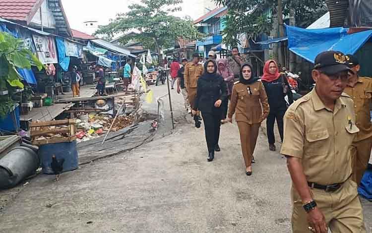 Wakil Bupati Seruyan Iswanti saat mengunjungi Pasar Saik Pembuang Hulu, dalam waktu dekat pasar ini akan dilakukan perbaikan
