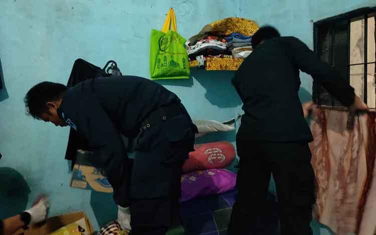 Lembaga Pemasyarakat (Lapas) Kelas III Sukamara saat memeriksa barang milik warga binaan.