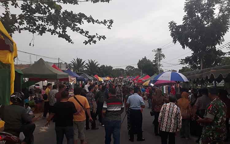 """260 Lapak Ramaikan Pasar Potang \\\""""Barumpak Kula Bacari Jolu\\\"""" di Jalan Pramuka, Desa Pasir Panjang."""