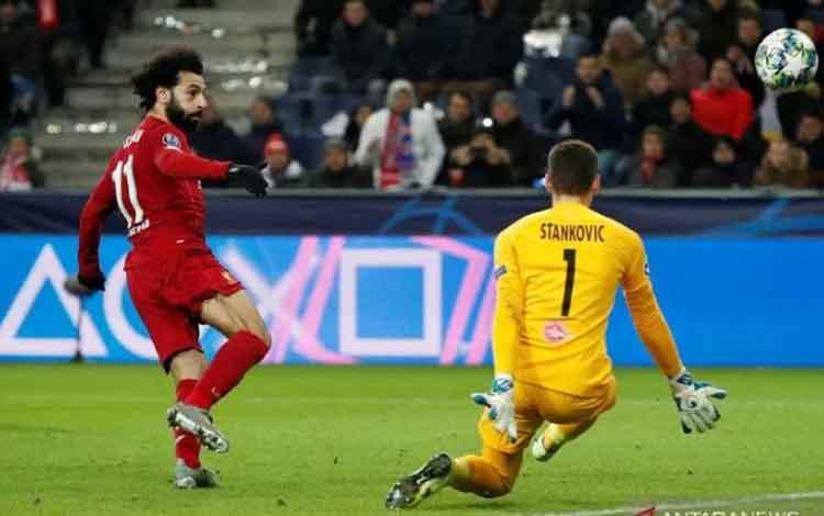 Pemain Liverpool Mohamed Salah melepaskan tendangan melewati kiper FC Salzburg Cican Stankovic laga