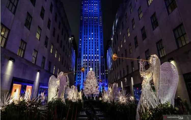 Warga menyaksikan lampu cahaya dari The Rockefeller Center Christmas Tree di New York City, Amerika Serikat, Rabu (4/12/2019). REUTERS/Jeenah Moon/foc/cfo
