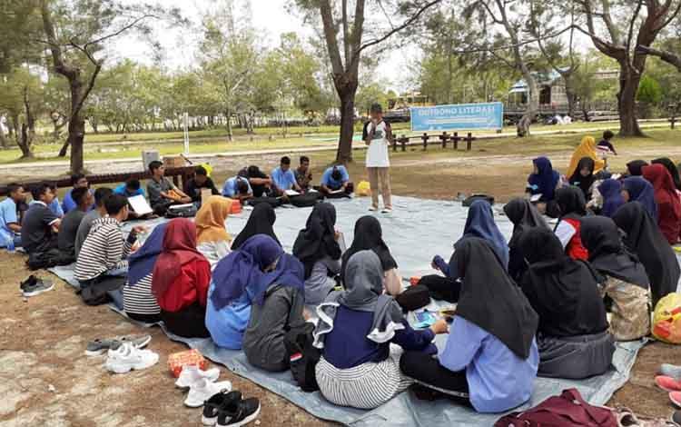 Pelajar SMA saat mengikuti kegiatan Outbond Literasi yang digelar oleh DKP Sukamara di Pantai Tanjung Nipah Desa Sungai Raja, Kecamatan Jelai, Kabupaten Sukamara.
