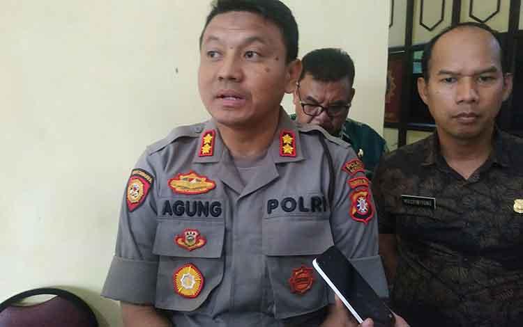 Kapolres Seruyan AKBP Agung Tri Widiantoro saat memberikan keterangan kepada media, salah satunya berkaitan dengan pos pengamanan dan pelayanan Natal dan tahun baru.