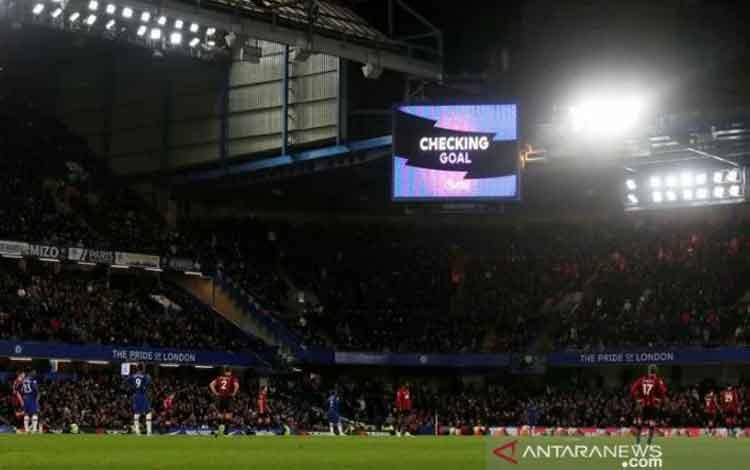 Pemain Chelsea dan Bournemouth saat menunggu keputusan Video Assisted Referee (VAR) terkait gol dari Dan Gosling dalam laga pekan ke-17 Liga Inggris di Stadion Stamford Bridge, Sabtu (14/12/2019) waktu setempat. (ANTARA/REUTERS/David Klein)