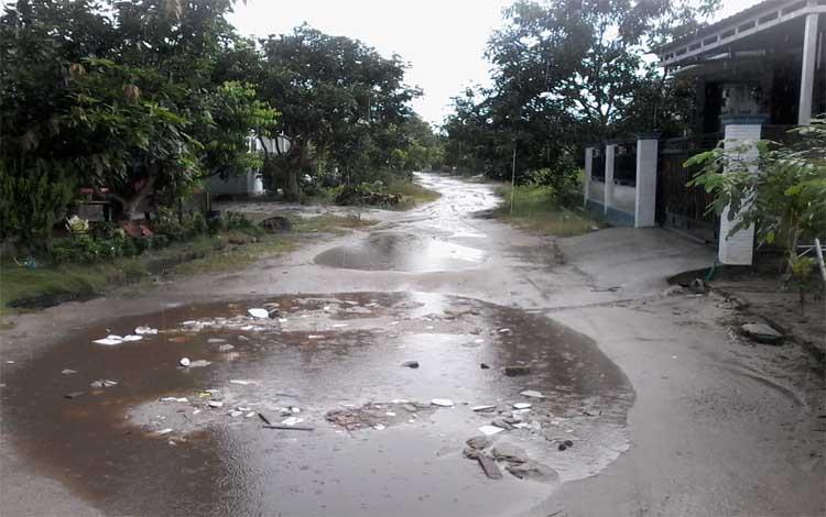 Salah satu jalan di Komplek Perumahan Wengga IV, Kasongan tergenang air saat diguyur hujan lebat hari