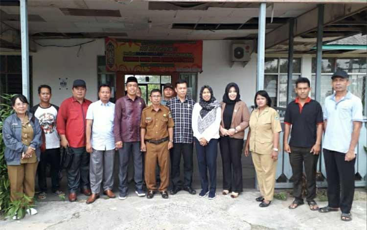 Anggota Komisi I DPRD Kapuas saat kunjungan kerja ke Kantor Kecamatan Kapuas Barat. Pihak dewan berharap kantor kecamatan bisa direhab
