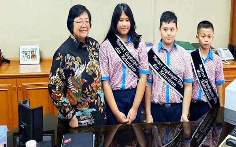 Menteri LHK, Siti Nurbaya memberikan hadiah pada 3 murid SD menjadi menteri satu hari