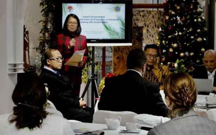 Roundtable discussion dengan tema Towards Inclusiveness of Sustainable Palm Oil Production in Indonesia: Dealing with Smallholders yang diadakan Direktorat Kerja Sama Intrakawasan dan Antarkawasan Amerika dan Eropa (KSIA Amerop) berkerjasama dengan KBRI B