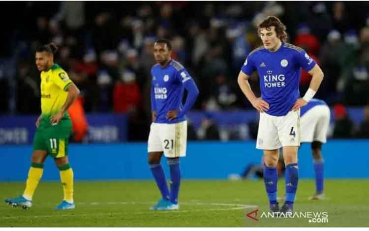 Pemain Leicester City Caglar Soyuncu dan Ricardo Pereira tertunduk lemas saat bermain imbang 1-1 dengan Norwich City dalam laga lanjutan Liga Inggris di Stadion King Power, Sabtu (14/12/2019). (ANTARA/REUTERS/Andrew Boyers)