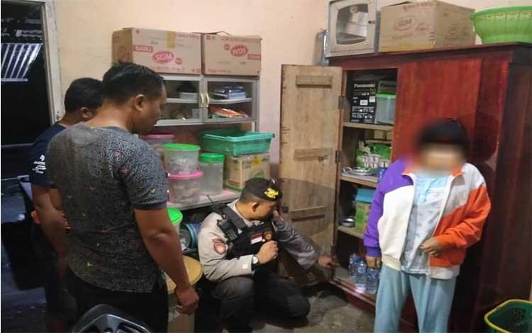 Anggota Polsek Pangkalan Lada menggeledah rumah IRT AM (42) dan didapati simpan 6 botol Miras
