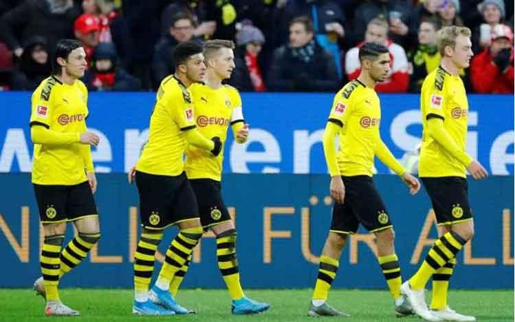 Pemain Borussia Dortmund, Marco Reus, merayakan golnya bersama dengan rekan-rekan satu timnya termasuk Jadon Sancho dalam laga melaswan Mainz yang berkesudahan 4-0 untuk Dormund di Opel Arena, Mainz, Jerman, 14 Desember 2019. REUTERS/Ralph Orlowski