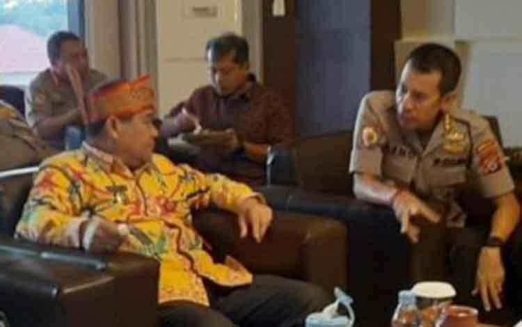 Kepala Disbudpar Kalteng Guntur  Talajan saat berdiskusi dengan Irwasda Polda Kalteng, Kombes Benone Jesaja dalam salah satu kesempatan beberapa waktu lalu.