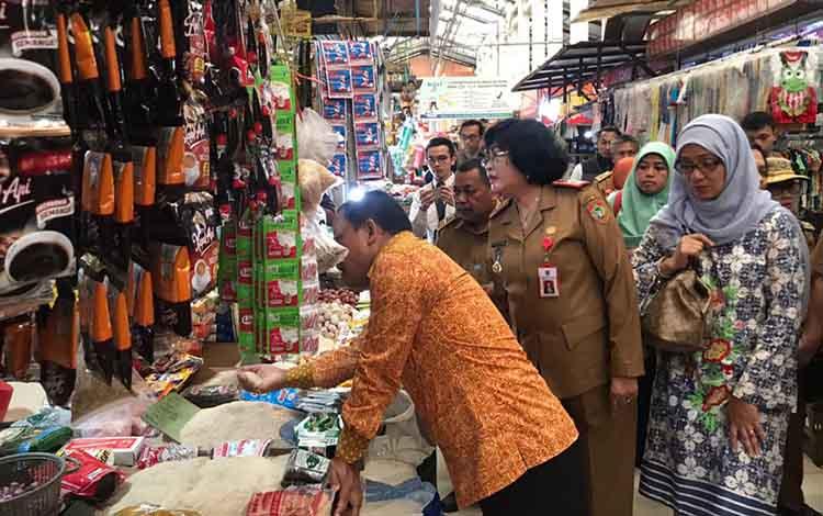 TPID Provinsi Kalteng saat melakukan operasi pasar di Palangka Raya, Senin 16 Desember 2019.
