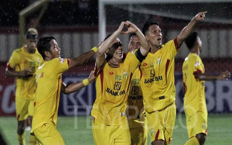 Pemain Bhayangkara FC melakukan selebrasi usai mencetak gol ketiga ke gawang Persija Jakarta dalam pertandingan lanjutan Liga 1 2019 di Stadion PTIK, Jakarta, Rabu, 4 Desember 2019. Pada pertandingan ini Bhayangkara FC berhasil menang dengan skor 3-0