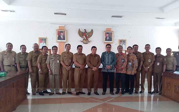 Kepala Perwakilan BPKP Kalimantan Tengah foto bersama Bupati Barito Timur, Sekda dan kepala SOPD seusai mmelakukan kunjungan kerja