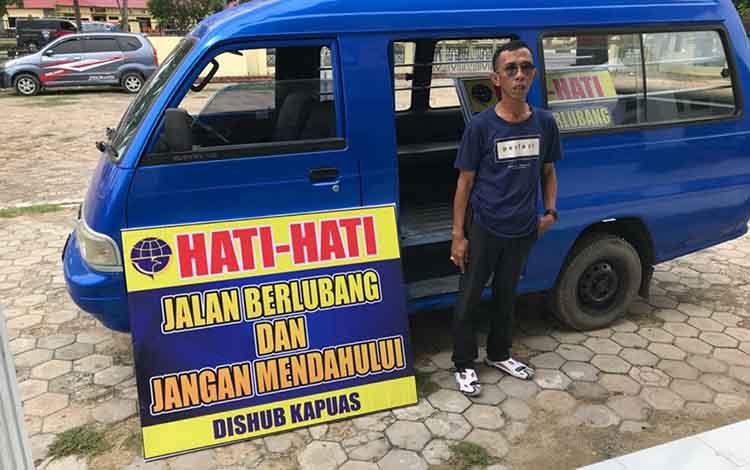 Papan imbauan yang dipasang petugas Dinas Perhubungan Kabupaten Kapuas di lokasi rawan kecelakaan lalu lintas