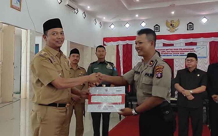 Bupati Windu Subagio menyerahkan DIPA kepada Wakapolres Sukamara Kompol Achmad Mustofa Nur