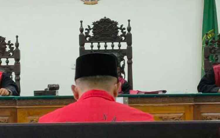 Suriansyah, terdakwa kasus kecelakaan lalu lintas saat sidang di Pengadilan Negeri Sampit.