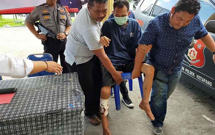 Sejumlah anggota Polsek Ketapang saat bopong tersangka sabu yang mereka tembak kakinya. Polisi masih buru teman tersangka pengedar sabu, Senin, 16 Desember 2019.