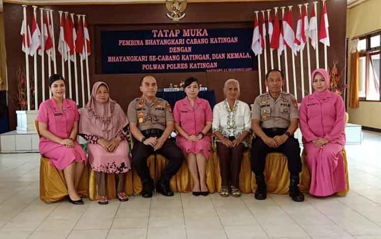Kapolres Katingan AKBP Andri Siswan Ansyah bersama wakilnya Kompol Arifin bersama Ketua Bhayangkari dan warakawuri, Senin, 16 Desember 2019.