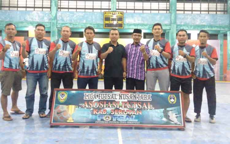 Ketua DPRD Seruyan, Zuli Eko Prasetyo bersama Ketua Asosiasi Futsal Kabupaten Seruyan M Yadi saat membuka Liga Futsal Nusantara Seruyan 2019.