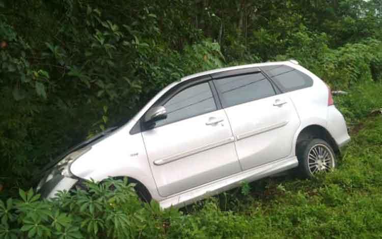 Ketua Taman Kanak-Kanak Betiara (44) bersama anaknya yang masih duduk di sekolah dasar (SD) tewas, setelah motor yang dikendarainya tertabrak mobil Avanza.