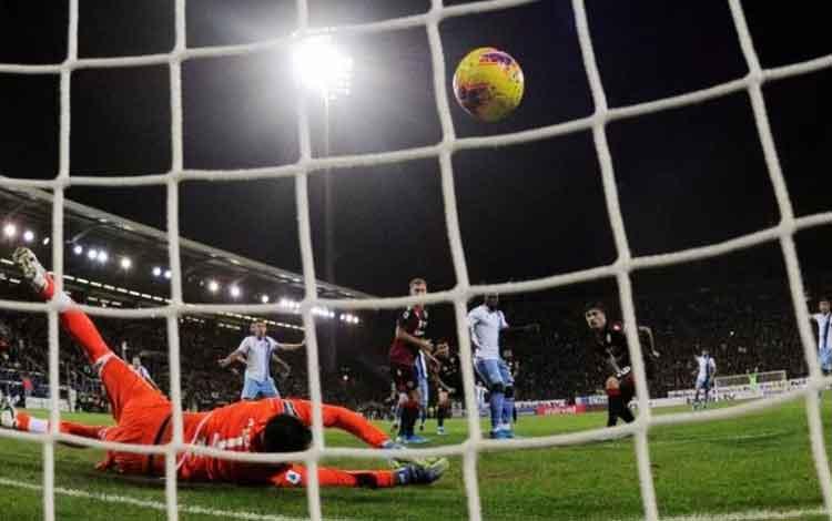 Pemain Lazio Luis Alberto menciptakan gol pertama timnya yang menang secara dramatis 2-1 atas Cagliari di Sardegna Arena, Cagliari, Italia pada 16 Desember 2019. (REUTERS/ALBERTO LINGRIA)