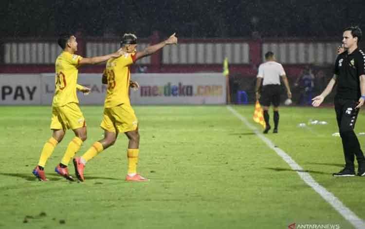 Pesepak bola Bhayangkara FC Bruno Matos (kedua kiri) bersama rekannya melakukan selebrasi usai mencetak gol ke gawang Kalteng Putra pada laga lanjutan Liga 1 di Stadion PTIK, Jakarta, Senin (16/12/2019). ANTARA FOTO/Galih Pradipta/wsj. (ANTARA FOTO/GALIH