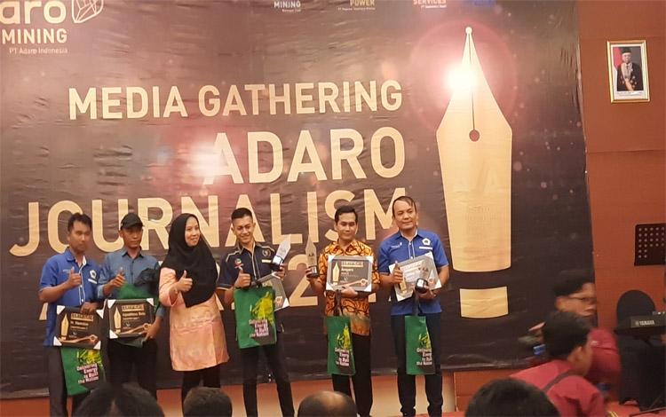 Foto bersama para pemenang wilayah Kalteng kategori penulis feature Kalteng Adaro Journalism Award 2019