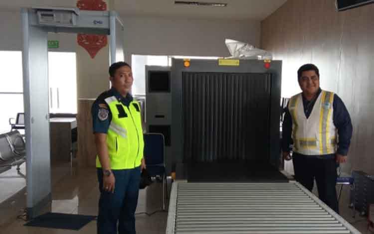 Kepala Sub Seksi Lalu Lintas dan Usaha Kepelabuhanan KSOP Kelas IV Kumai Azwar Anas (kiri) di depan alat pemindai x-ray dan metal detector di terminal penumpang Pelabuhan Panglima Utar Kumai.