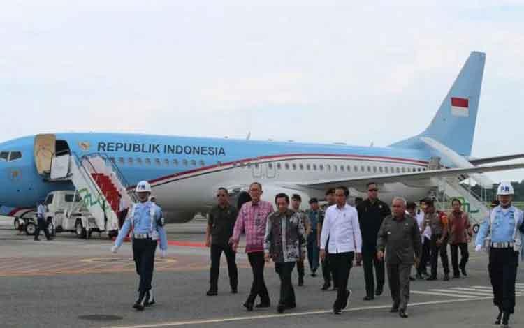 Presiden Joko Widodo tiba di Bandar Udara Internasional Sultan Aji Muhammad Sulaiman Sepinggan mengg