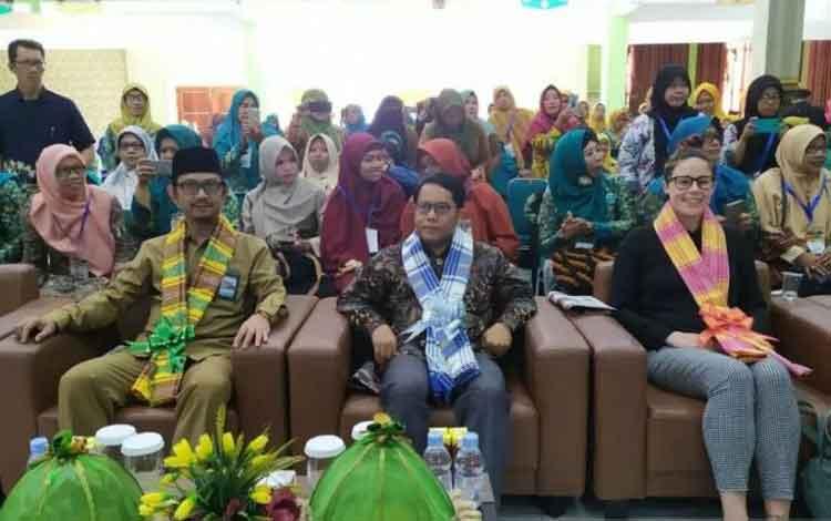 Dirjen Pendidikan Islam Kemenag Kamaruddin Amin (tengah) didampingi Kepala Kanwil Kemenag Sulsel Anw