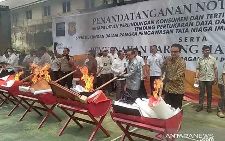 Menteri Perdagangan Agus Suparmanto (dua dari kanan) saat pemusnahan barang impor ilegal di halaman belakang Kemendag di Jakarta, Rabu (18/12/2019). ANTARA/Dewa Wiguna