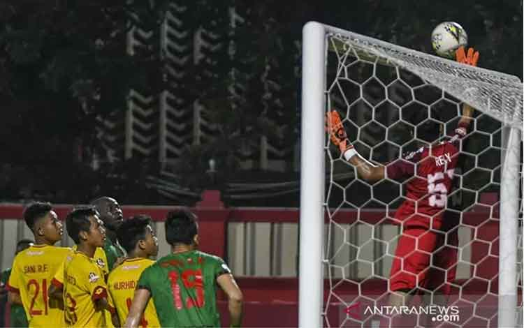Kiper Kalteng Putra Reky Rahayu (kanan) menepis bola saat pertandingan melawan Bhayangkara FC pada laga lanjutan Liga 1 di Stadion PTIK, Jakarta, Senin (16/12/2019). Bhayangkara FC mengalahkan Kalteng Putra dengan skor akhir 1-0. ANTARA FOTO/Galih Pradipt