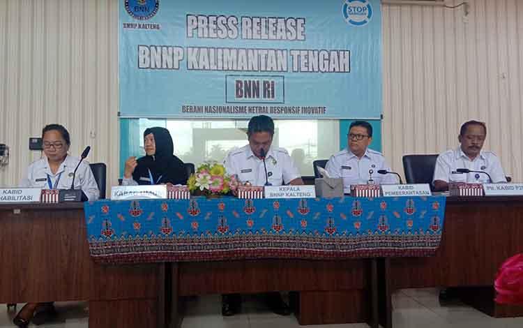 Kepala BNNP Kalteng Brigjen Pol Marudut Hutabarat saat menerangkan terkait hasil tangkapan BNNP Kalteng selama setahun, Rabu 18 Desember 2019.