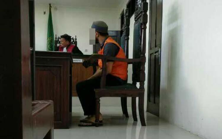 Al Fauzi terdakwa kasus pencurian telepon seluler saat menjalani sidang di Pengadilan Negeri Sampit