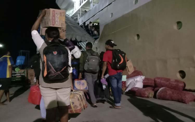 Para penumpang berangkat dari Pelabuhan Kumai, Rabu 18 Desember 2019. Diperkirakan jumlah penumpang kapal laut akan meningkat menjelang Natal dan tahun baru 2020