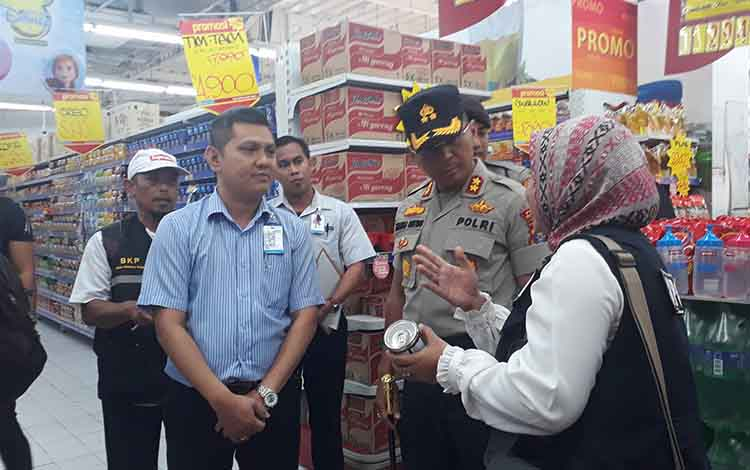 Kapolres Kobar AKBP E Dharma B Ginting memimpin sidak pasar dan memastikan ketersediaan kebutuhan aman hingga Natal dan Tahun Baru, Rabu, 18 Desember 2019.